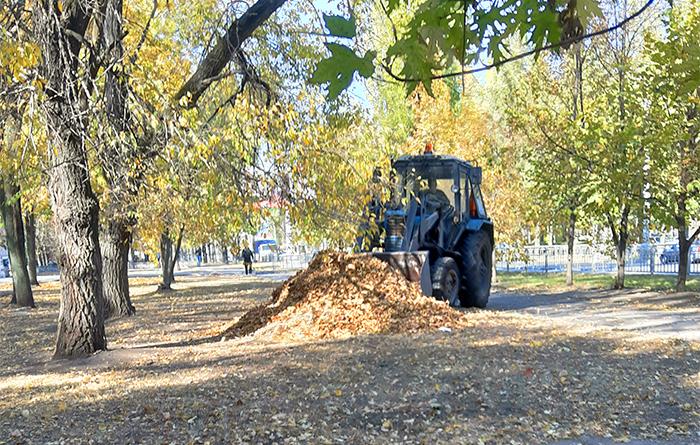 Уборка осенних листьев трактором